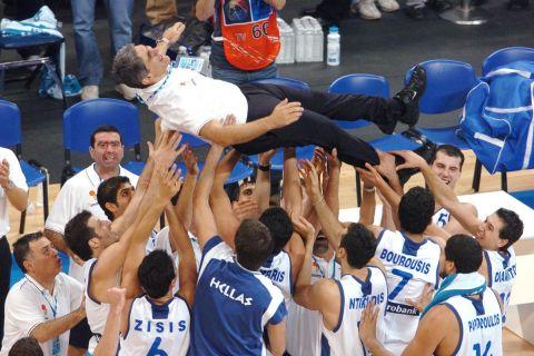 Ο Γιαννάκης στον αέρα από τους παίκτες της Ελλάδας μετά το χρυσό το 2005