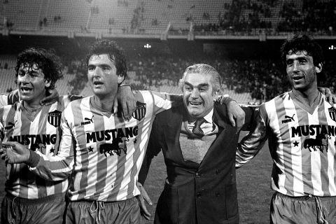Ο Γιάννης Ματζουράνης με ποδοσφαιριστές του Εθνικού