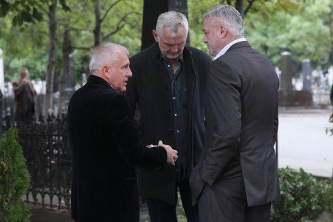 Ο Ζέλικο Ομπράντοβιτς συζητά με τους Ντανίλοβιτς και Πάσπαλι στην κηδεία του Ίβκοβιτς