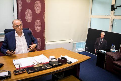 Η φωτογραφία του Γιώργου Βασιλακόπουλου στο γραφείο του προέδρου