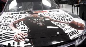 Ο Γιάννης Αντετοκούνμπο σε καπό αυτοκινήτου του Nascar!