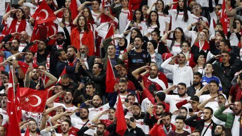 Πανηγύρισαν ξανά με στρατιωτικό χαιρετισμό οι Τούρκοι παίκτες