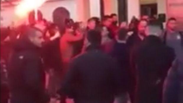 ΠΑΟΚ - Ολυμπιακός: Αποθέωση των ερυθρόλευκων στο ξενοδοχείο