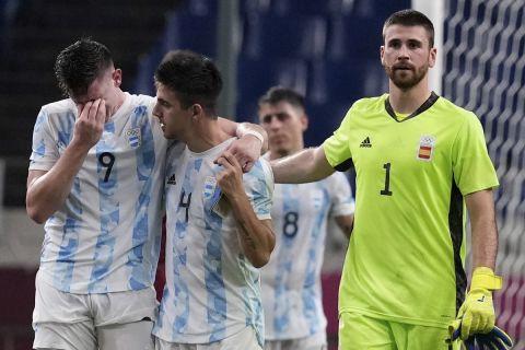 Οι παίκτες της Αργεντινής στεναχωρημένοι μετά την ισοπαλία με την Ισπανία και τον αποκλεισμό από τους Ολυμπιακούς αγώνες | 28 Ιουλίου 2021
