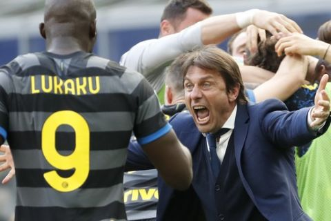 Inter Milan's head coach Antonio Conte and players celebrate after Matteo Darmian scored during the Serie A soccer match between Inter Milan and Hellas Verona, at the San Siro stadium in Milan, Italy, Sunday, April 25, 2021. (AP Photo/Antonio Calanni)