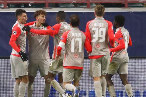 Οι παίκτες της Ζάλτσμπουργκ πανηγυρίζουν γκολ που σημείωσαν στο Champions League