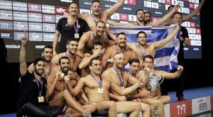 Η απονομή του τροπαίου στον πρωταθλητή Ευρώπης Ολυμπιακό