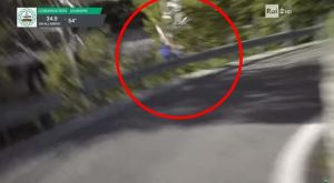 Ποδηλάτης έπεσε σε γκρεμό στο γύρο της Λομβαρδίας