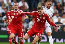 MADRID, SPAIN - APRIL 23:  Toni Kroos of Bayern Muenchen is challenged by Karim Benzema of Real Madrid watched by Franck Ribery of Bayern Muenchen during the UEFA Champions League semi-final first leg match between Real Madrid and FC Bayern Muenchen at the Estadio Santiago Bernabeu on April 23, 2014 in Madrid, Spain.  (Photo by Martin Rose/Bongarts/Getty Images)