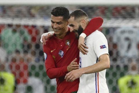 Αγκαλιασμένοι οι Κριστιάνο Ρονάλντο και Καρίμ Μπενζεμά  κατά τη διάρκεια του Πορτογαλία - Γαλλία για το Euro 2020