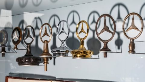 Sammlung von Mercedes-Sternen im Mercedes-Benz Museum. (Fotosignatur der Mercedes-Benz Classic Archive: D587962)   Collection of Mercedes stars at the Mercedes-Benz Museum. (Photo signature in the Mercedes-Benz Classic archive: D587962)