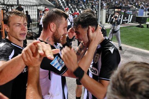 Οι παίκτες του ΠΑΟΚ πανηγυρίζουν το γκολ του Γιασμίν Κούρτιτς