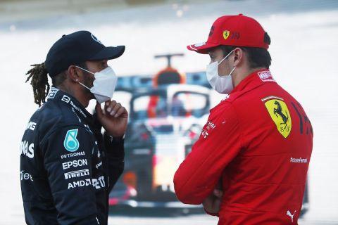 Ο Λιούις Χάμιλτον συζητάει με τον Σαρλ Λεκλέρ στο πλαίσιο του αγώνα της Formula 1 στο Μπακού (6 Ιουνίου 2021)