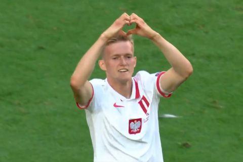 Ο Κάρολ Σβιντέρσκι πανηγυρίζει γκολ του  με την Πολωνία σε διεθνές φιλικό με την Ισλανδία (8 Ιουνίου 2021)