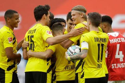 """Παίκτες της Ντόρτμουντ πανηγυρίζουν γκολ που σημείωσαν κόντρα στη Μάιντς για την Bundesliga 2020-2021 στην """"Όπελ Αρένα"""", Μάιντς   Κυριακή 16 Μαΐου 2021"""