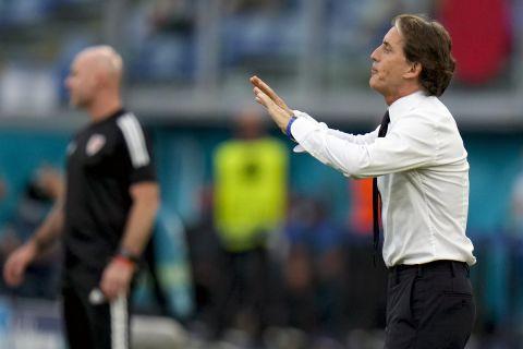 """Ο Ρομπέρτο Μαντσίνι δίνει οδηγίες στους παίκτες της εθνικής Ιταλίας κατά τη διάρκεια αγώνα με την Ουαλία στο """"Ολίμπικο"""" της Ρώμης για την τελική φάση του Euro 2020"""