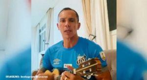 Ο Τζιοβάνι τραγουδά με κιθάρα για τα γενέθλια της Σάντος