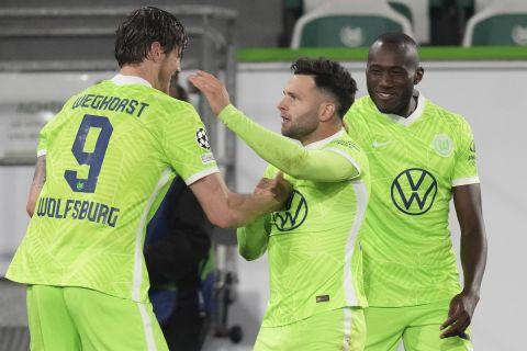 Οι παίκτες της Βόλφσμπουργκ πανηγυρίζουν γκολ κόντρα στη Σεβίλλη στο Champions League
