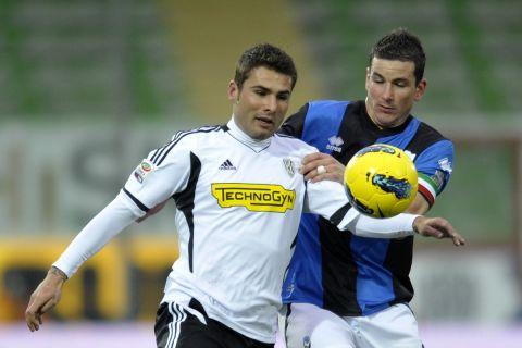 Ο Άντριαν Μούτου με τη φανέλα της Τσεζένα διεκδικεί τη μπάλα απέναντι στον Σιμόνε Παντοίν της Αταλάντα, κατά τη διάρκεια αγώνα των δύο ομάδων για την Serie A (29 Ιανουαρίου 2012)