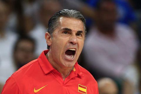 Ο Σέρτζιο Σκαριόλο δίνει οδηγίες στους παίκτες της εθνικής ομάδας της Ισπανίας στο EuroBasket 2017
