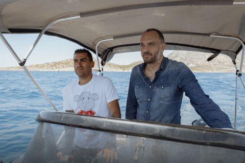 Ο Νέρι Καστίγιο με τον Θέμη Καίσαρη στο σκάφος του Ουρουγουανού στους Φούρνους