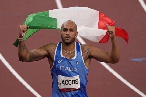 Ο Μαρσέλ Τζέικομπς με τη σημαία της Ιταλίας στους Ολυμπιακούς Αγώνες