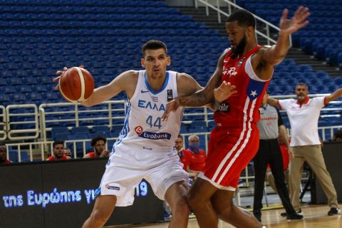 Ο Ντίνος Μήτογλου σε φάση από τον φιλικό αγώνα Ελλάδα - Πουέρτο Ρίκο για το τουρνουά Ακρόπολις 2021
