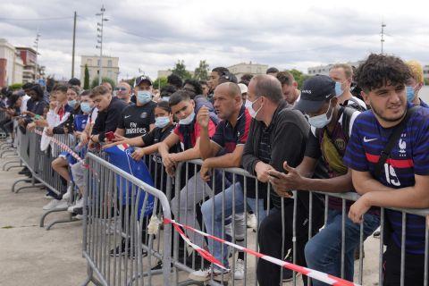 Κόσμος περιμένει τον Λιονέλ Μέσι στο αεροδρόμιο του Παρισιού