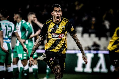 Ο Σέρχιο Αραούχο πανηγυρίζει γκολ του με τη φανέλα της ΑΕΚ κόντρα στον Παναθηναϊκό για την Super League (10 Φεβρουαρίου 2020)