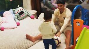 Ο Κριστιάνο Ρονάλντο παίζει μπάλα με τον γιο του στο σπίτι