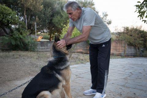 Ο Άγγελος Αναστασιάδης με τον σκύλο του στο σπίτι του στους Νέους Επιβάτες