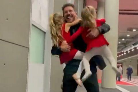 Οι κόρες του Ντιέγκο Σιμεόνε τρέχουν να τον αγκαλιάσουν μετά τη νίκη της Ατλέτικο επί της Μπαρτσελόνα