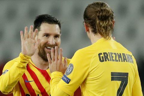 Ο Μέσι με τον Γκριεζμάν πανηγυρίζουν γκολ του Αργεντινού κόντρα στην Παρί