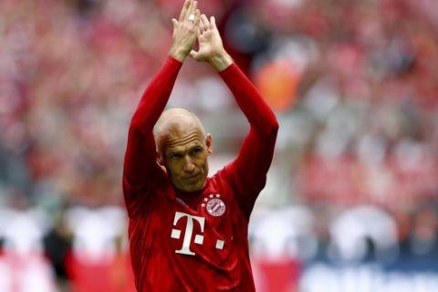Bayern's Arjen Robben applaudes prior to the German Bundesliga soccer match between FC Bayern Munich and Eintracht Frankfurt in Munich, Germany, Saturday, May 18, 2019. (AP Photo/Matthias Schrader)