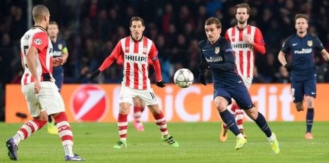 Atletico Madrid's French forward Antoine Griezmann (R) challenges PSV Eindhoven's defender Jeffrey Bruma (L) during the UEFA Champions League round of 16 first leg football match between PSV Eindhoven and Atletico Madrid at the Philips Stadium in Eindhoven on February 24, 2016. AFP PHOTO / EMMANUEL DUNAND / AFP / EMMANUEL DUNAND        (Photo credit should read EMMANUEL DUNAND/AFP/Getty Images)