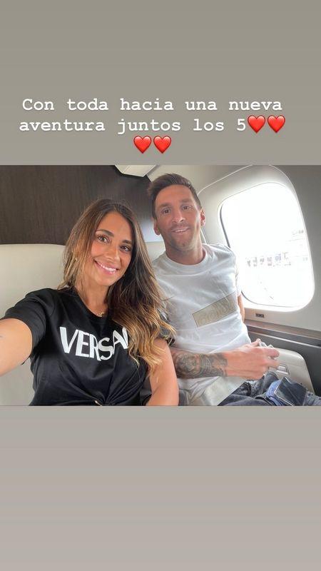 Η φωτογραφία του Μέσι με την Αντονέλα μέσα από το αεροπλάνο πριν την άφιξή του στο Παρίσι