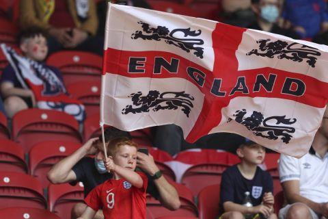 Ένας νεαρός φαν της εθνικής Αγγλίας με τη σημαία της χώρας του κατά τη διάρκεια φιλικού με την Ρουμανία (6 Ιουνίου 2021)