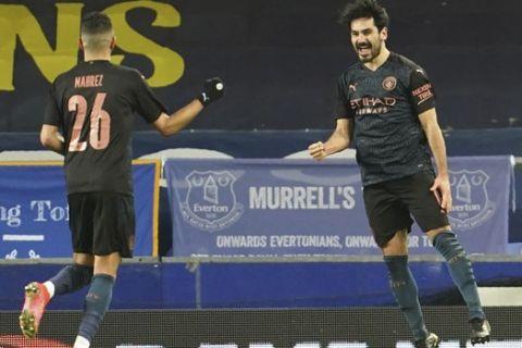 Ο Γκιουντογκάν πανηγυρίζει μαζί με τον Φόντεν γκολ του με τη φανέλα της Μάντσεστερ Σίτι κόντρα στην Έβερτον στο FA Cup