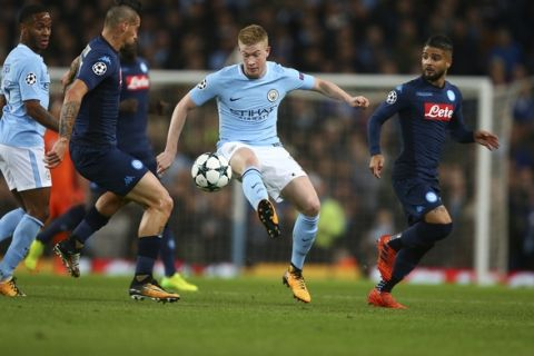 Manchester City's Kevin De Bruyne, center, challenges for the ball with Napoli's Marek Hamsik, left, and Napoli's Lorenzo Insigne during the Champions League group F soccer match between Manchester City and Napoli at the Etihad Stadium in Manchester, England, Tuesday, Oct.17, 2017. (AP Photo/Dave Thompson)