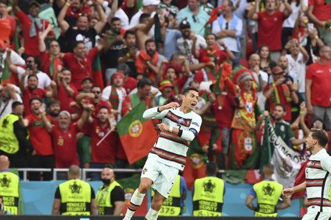 Ο Κριστιάνο Ρονάλντο πανηγυρίζει την ιστορική επίδοση που κατέρριψε στη διάρκεια του αγώνα με την Ουγγαρία, όντας πλέον ο αρχισκόρερ των Euro