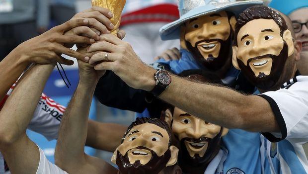 Με μάσκες Μέσι οι οπαδοί της Αργεντινής (PHOTOS)