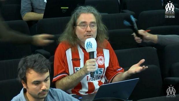 Ο Γάλλος ρεπόρτερ με τη φανέλα του Ολυμπιακού στο Sport24.gr