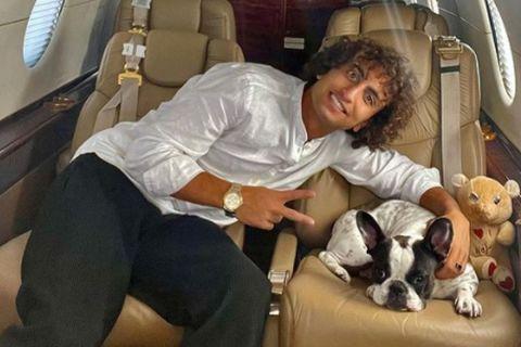 Ο Αμρ Ουάρντα σε αεροπλάνο