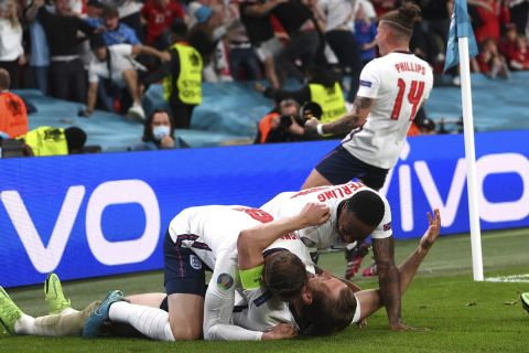 """Οι Άγγλοι πανηγυρίζουν γκολ που σημείωσαν κόντρα στη Δανία για τα ημιτελικά του Euro 2020 στο """"Γουέμπλεϊ"""", Λονδίνο   Τετάρτη 7 Ιουνίου 2021"""