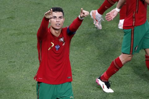Ο Κριστιάνο Ρονάλντο πανηγυρίζει το γκολ του με την Πορτογαλία κόντρα στην Γαλλία στο Euro 2020