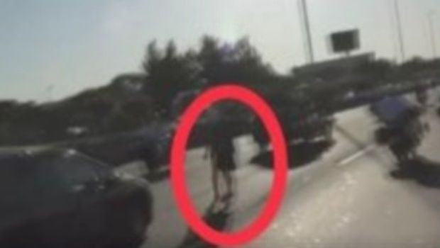 Απίστευτο: Παραλίγο να παρασυρθεί από τη νεκροφόρα που μετέφερε τον Μαραντόνα