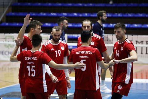 Οι παίκτες του Ολυμπιακού πανηγυρίζουν κατά τη διάρκεια της φιλικής αναμέτρησης με την Κηφισιά