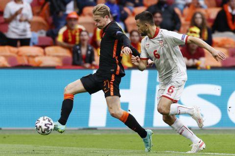 Στιγμιότυπο από την αναμέτρηση μεταξύ της Ολλανδίας και της Βόρειας Μακεδονίας για το Euro 2020