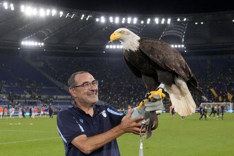 Ο Μαουρίτσιο Σάρι μαζί με τον αετό της Λάτσιο πανηγυρίζει τη νίκη κόντρα στη Ρόμα