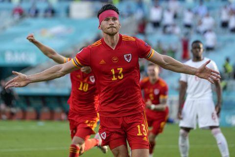 Ο Μουρ πανηγυρίζει το 1-1 για την Ουαλία κόντρα στην Ουαλία στην πρεμιέρα του Euro 2020